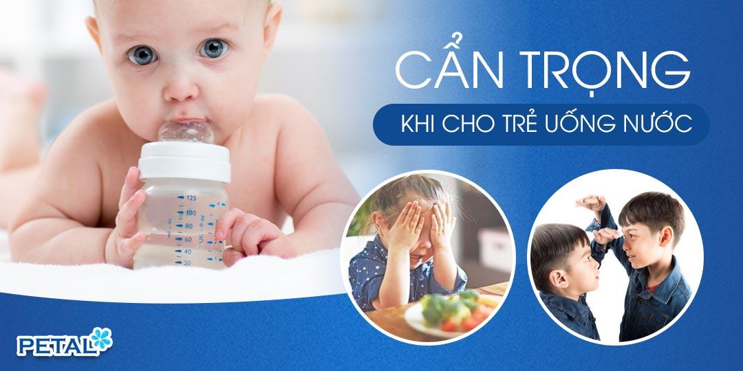 Nước uống đặc biệt quan trọng với cơ thể bé