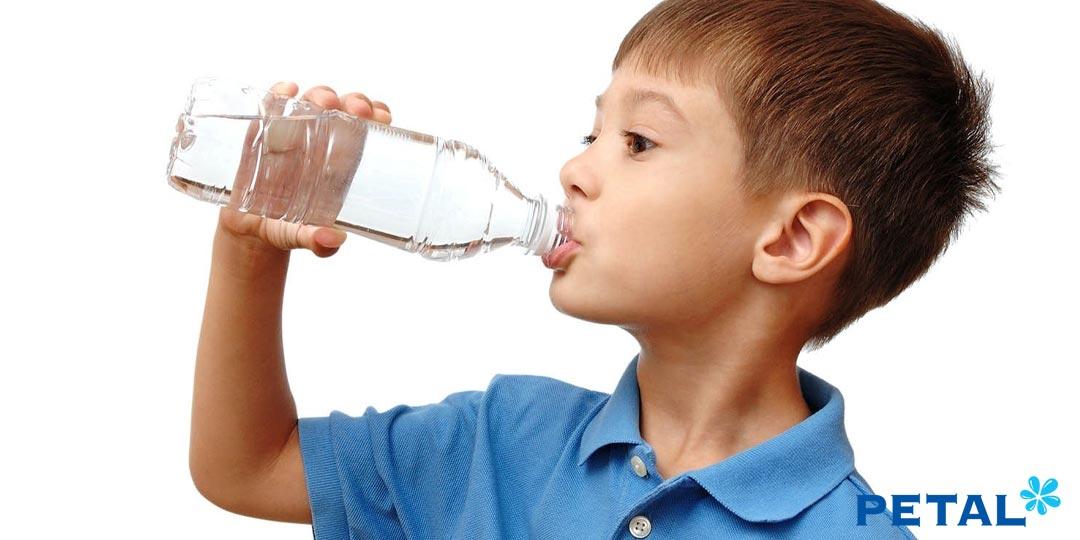 Uống quá ít hay quá nhiều đều ảnh hưởng nghiêm trọng tới sức khỏe của bé