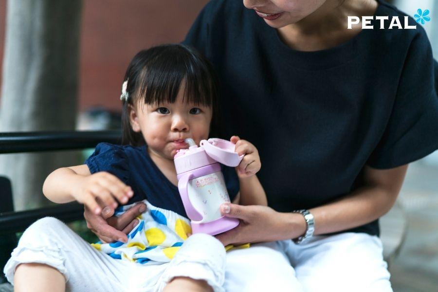 Mẹ và bé uống nước