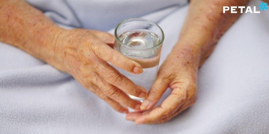 Mất nước xảy ra ở người già cao hơn do bệnh lý, uống thuốc hoặc không có biểu hiện khát