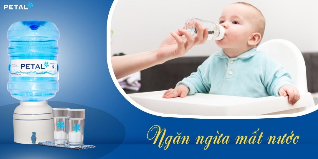 Ngăn ngừa mất nước bằng việc cho trẻ uống nước đúng cách
