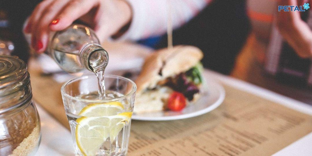 Uống nước khi ăn cơm không ảnh hưởng tới tới quá trình tiêu hóa thức ăn