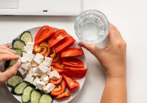 Uống nước lọc khi ăn có hại hay lợi?