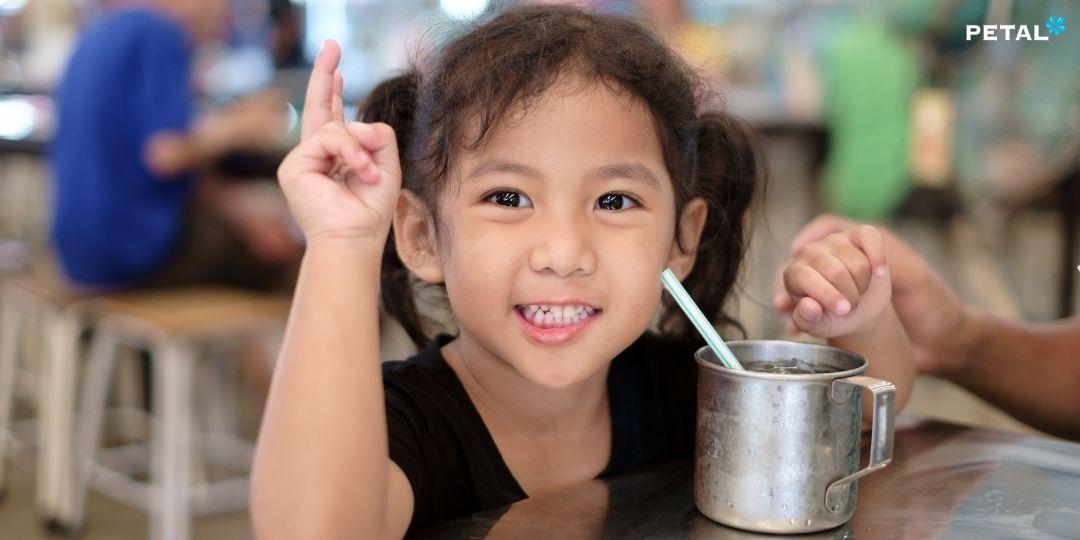 Răng miệng của trẻ rất nhạy cảm, không nên uống nước đá